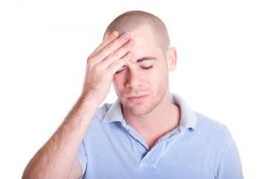 Mann hat Kopfschmerzen