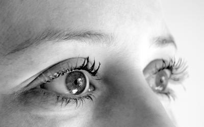 Was tun gegen dunkle Augenringe? Eine Eiweißmaske hilft!