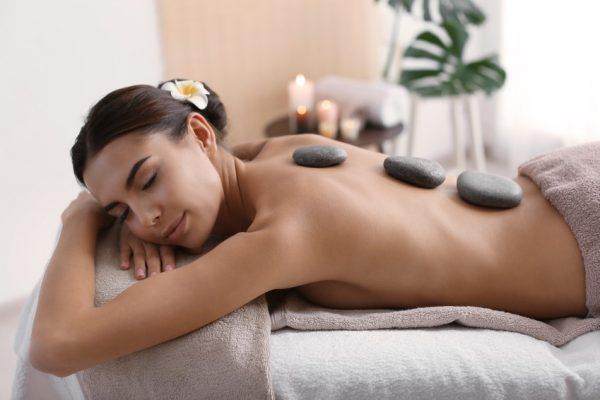 """""""Nuad Phaen Boran"""", die klassische, traditionelle Thai Massage, umfasst eine Vielzahl unterschiedlicher Massagetechniken und ein breites Anwendungsspektrum. Auf dem Foto wird exemplarisch eine """"Hot Stone"""" Anwendung abgebildet."""